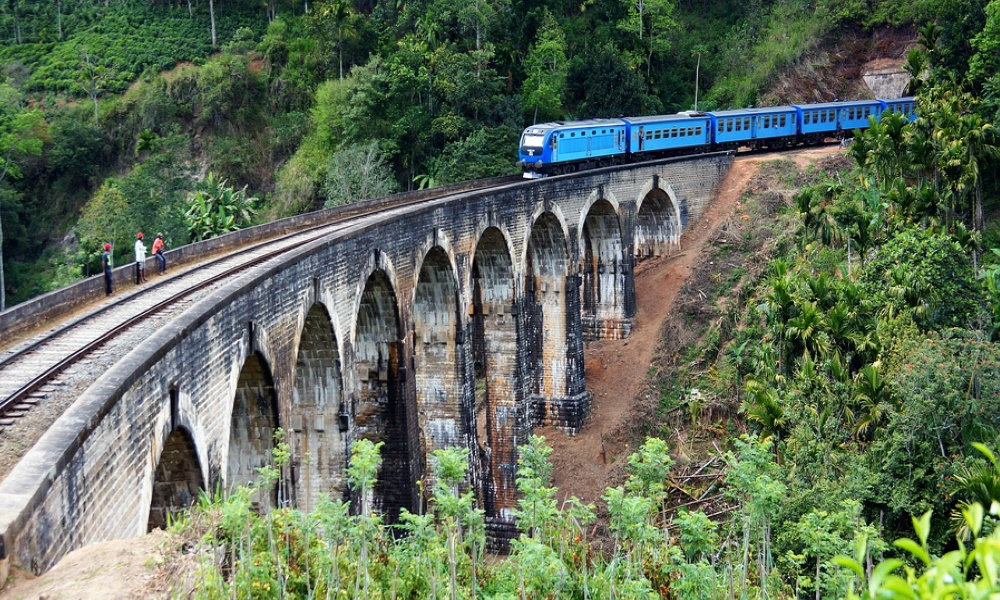 train-nine-arch-bridge-ella-scenic-railway-sri-lanka